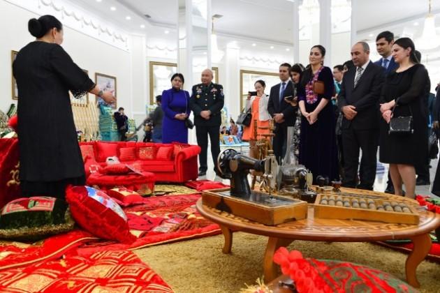 Для военных дипломатов провели выставку национального искусства
