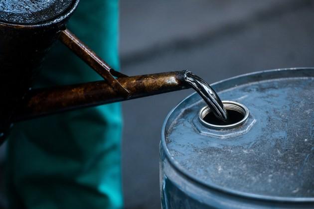 Нефть продолжает дешеветь наданных оросте запасов вСША