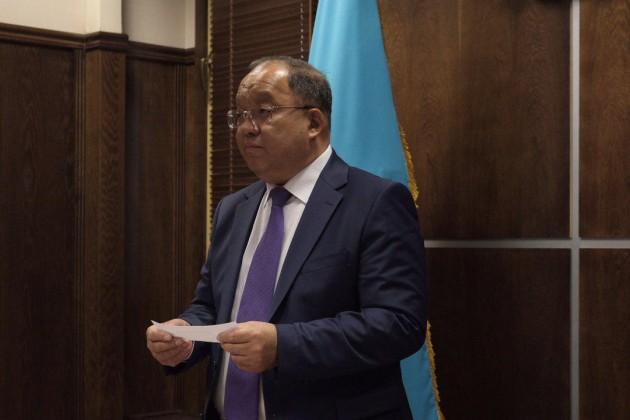 Толеутай Рахимбеков сдал экзамен на знание казахского языка в ЦИК