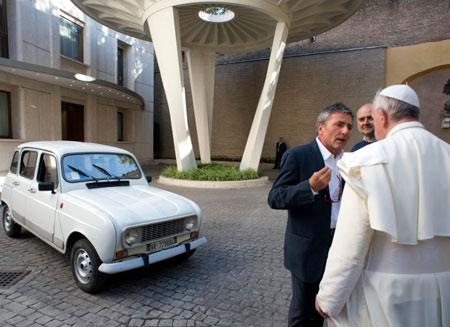 У Папы Римского появилась старушка