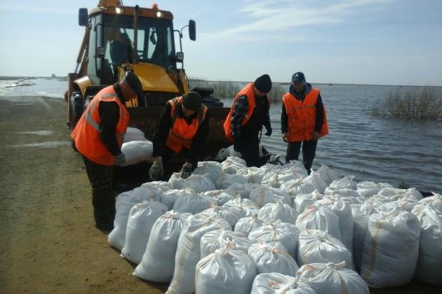 В Казахстане продолжают бороться с паводками