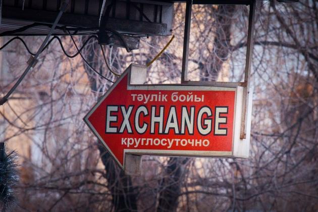 Казахстанцы стали меньше покупать долларов