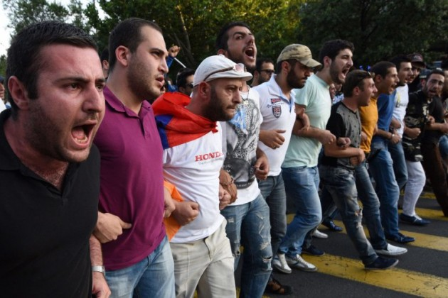 ВЕреване протестующие блокируют движение транспорта