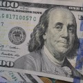 Доллар незначительно дорожает