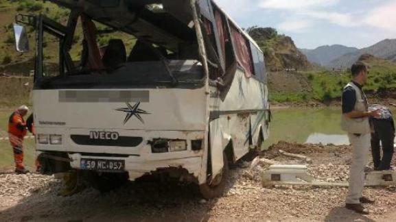 В Турции автобус рухнул в озеро