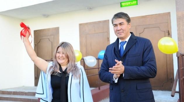 Аким Астаны вручил ключи отновых квартир
