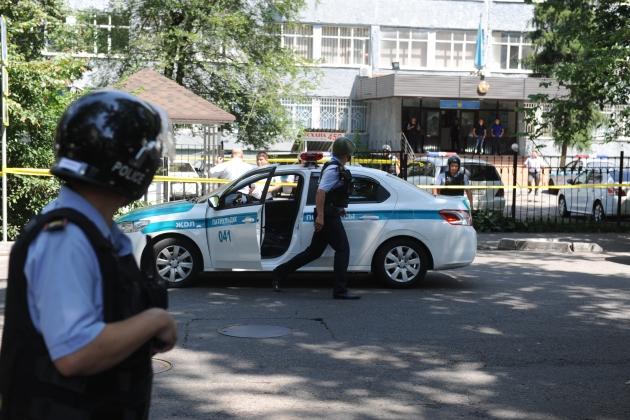 Скончался еще один пострадавший при теракте вАлматы полицейский