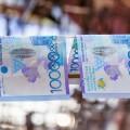 Казахстанцы все меньше доверяют тенге