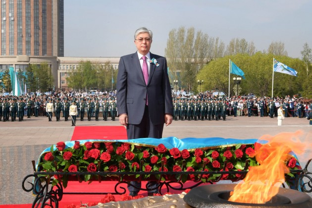 Президент возложил цветы к монументу «Отан қорғаушылар»