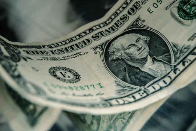 Доллар торгуется возле отметки 386 тенге