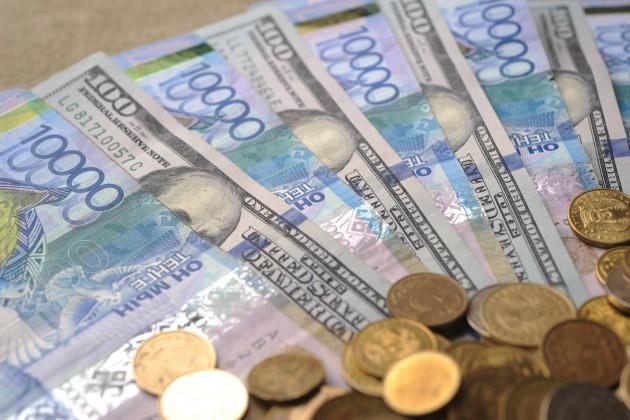 Нацвалюта к доллару подешевела на 2 тенге