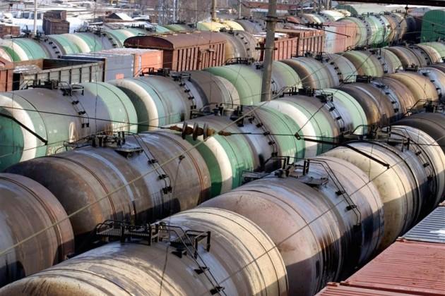 Нефть дешевеет под давлением избыточных запасов