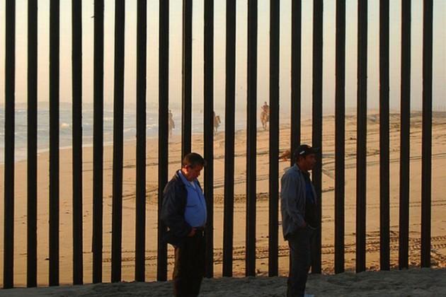 США построят стену награнице сМексикой засчет пошлин наеетовары