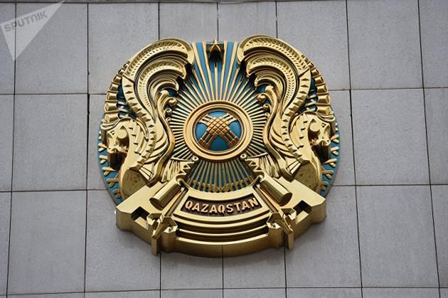 Герб снадписью Qazaqstan установили наздании Акорды