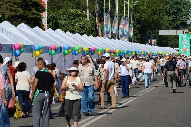 Акимы Алматы и Жамбылской области оценили продукты на ярмарке