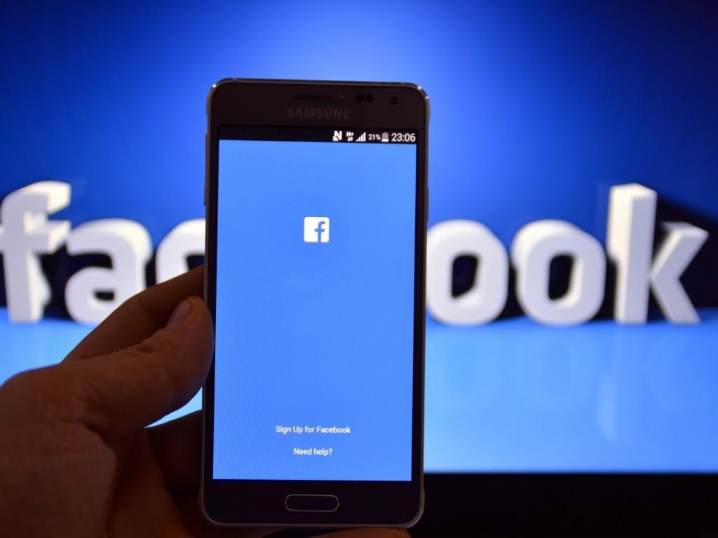 Социальная сеть Facebook начинает сражаться сфейковыми новостями