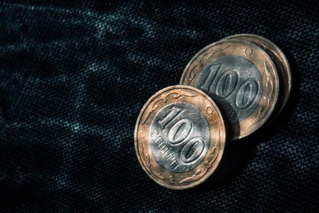 Тенге не устоял перед долларом