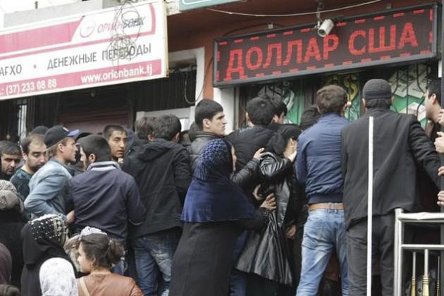 В Таджикистане запретили выдавать переводы в рублях