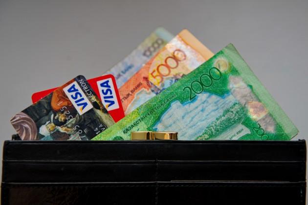 Алматинцы стали больше платить картами, чем снимать наличные