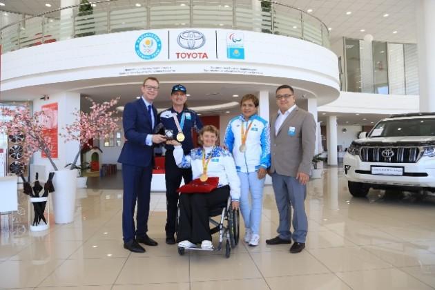 Toyota передала 4автобуса Национальному Паралимпийскому Комитету