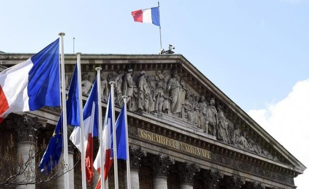 Парламент Франции могут сократить натреть