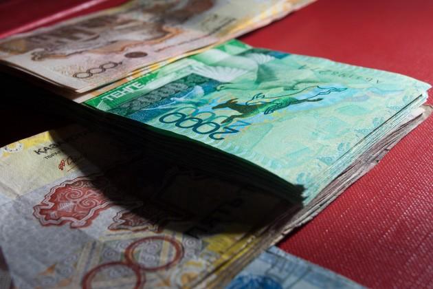 Неизвестные похитили 2 млн тенге из машины депутата
