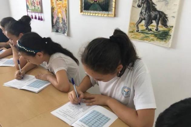 Школьники тестируют правила правописания налатинице