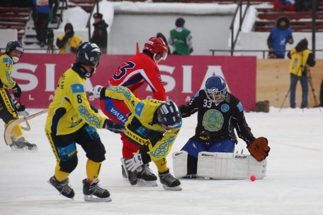 Казахстан одержал первую победу на ЧМ по бенди