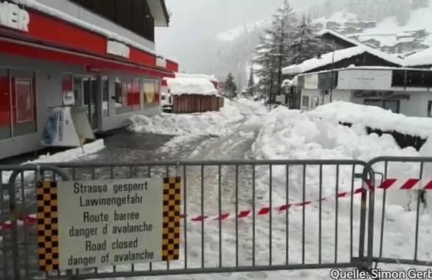 Вгорах Швейцарии из-за снегопада застряли тысячи туристов