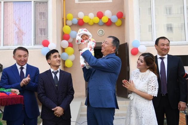 Жансеит Туймебаев вручил миллионному жителю Шымкента ключи отквартиры
