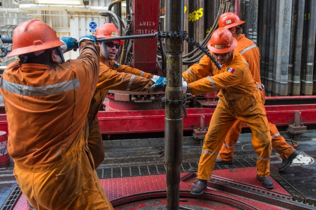 Цена нефти Brent опустилась ниже 57 долларов забаррель
