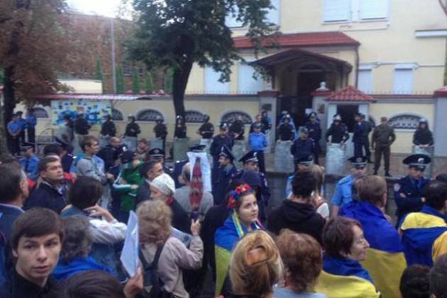 В Харькове российское консульство закидали яйцами и краской