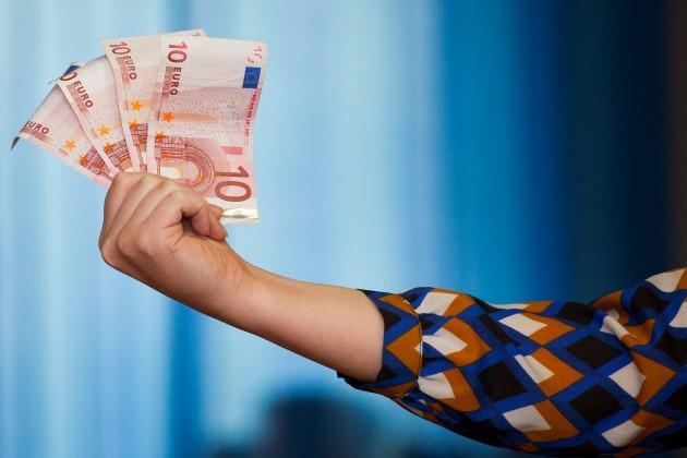 Банки РК больше ввозят валюты, чем вывозят из страны