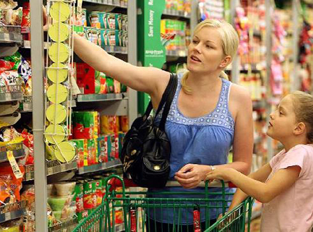 Большую часть зарплаты казахстанцы тратят на еду