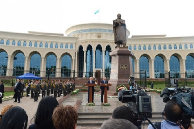 В Ташкенте установили памятник Абаю