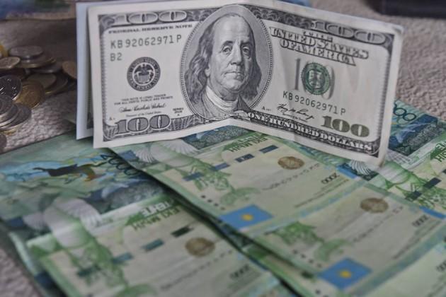 Наутренней сессии доллар торговался по371,4тенге