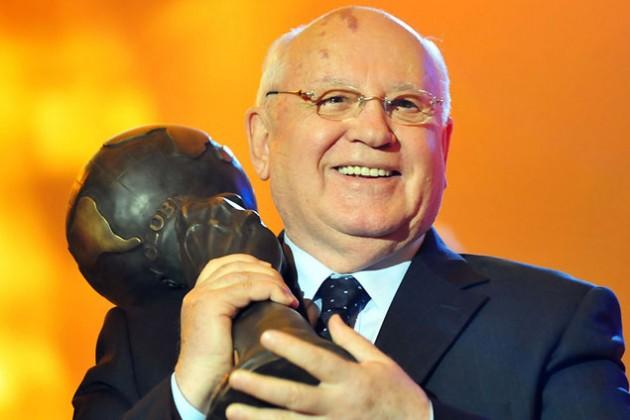 Горбачев едет защищать Россию