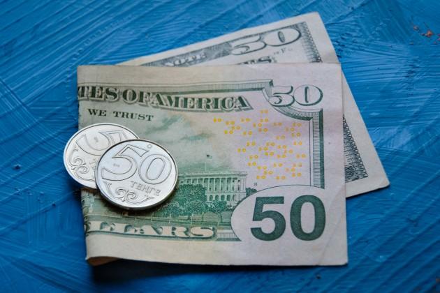 Доллар продается на бирже по 384,2 тенге