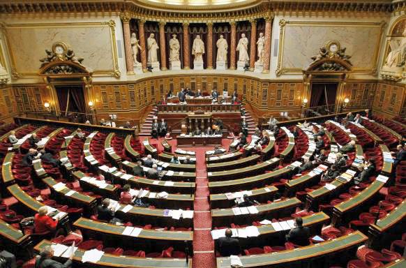Правительство Франции ушло вотставку