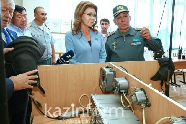 Дарига Назарбаева опробовала танковую стрельбу