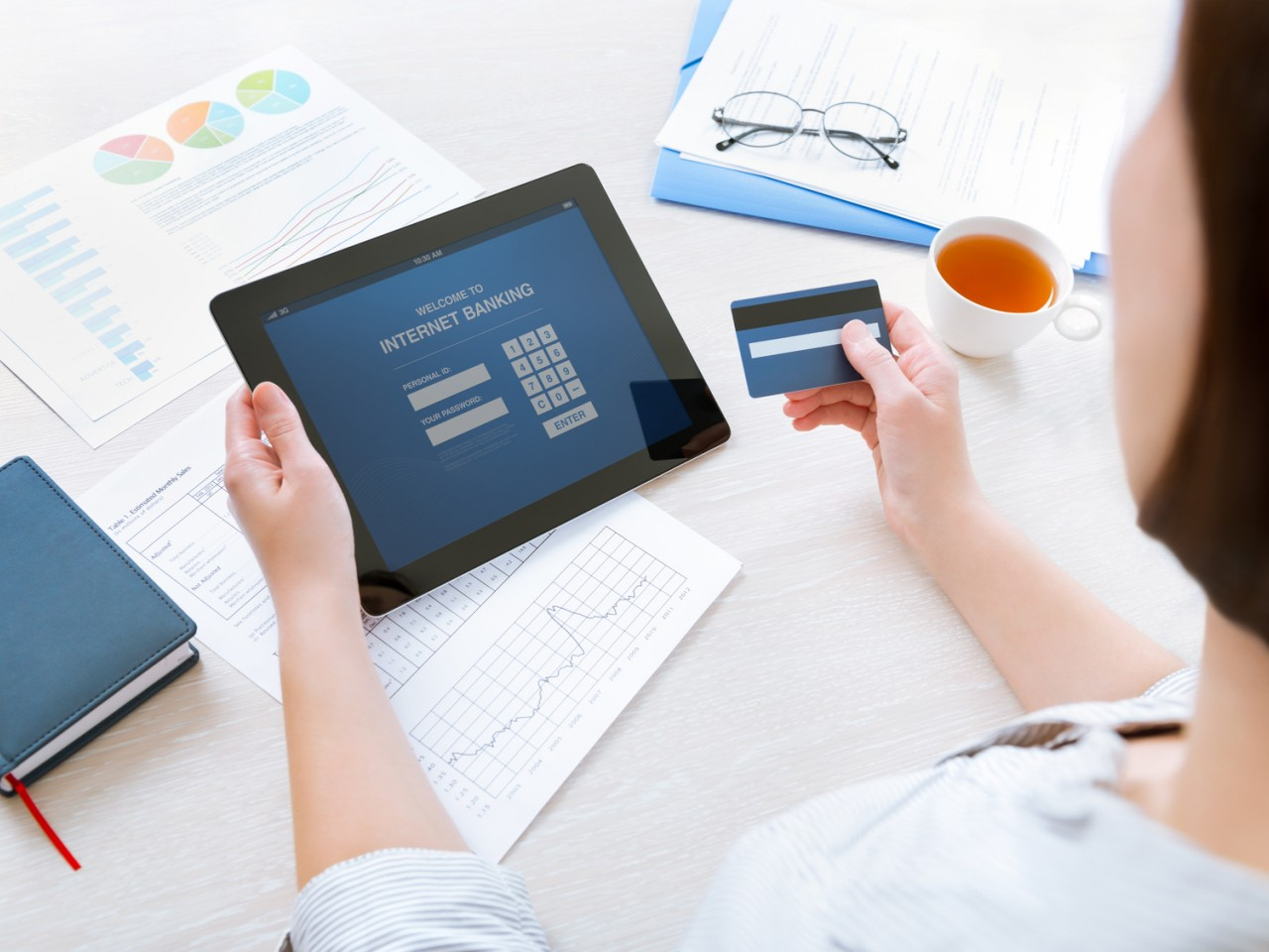 advantages of e banking Online banking is an easy and effective way to manage your money there are many advantages to online banking most banks will have a mobile app that allows you to take advantage of online banking on your phone this makes online banking even more convenient and allows you to quickly.
