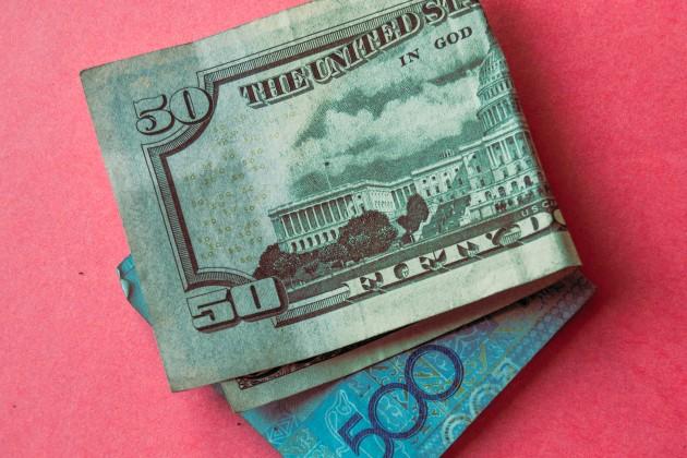 В обменниках доллар продается по 392 тенге