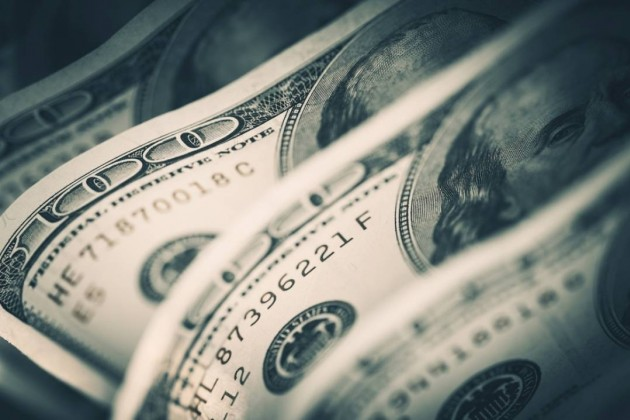 За сутки доллар укрепился на 0,5%