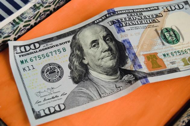 Максимальный курс вобменниках— 388,6тенге за доллар