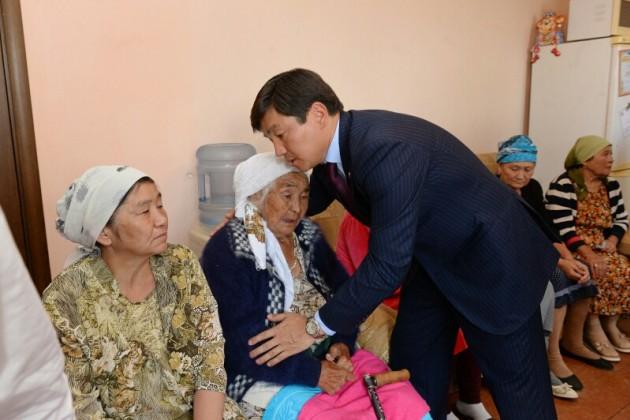Аким Алматы навестил семьи погибших в перестрелке
