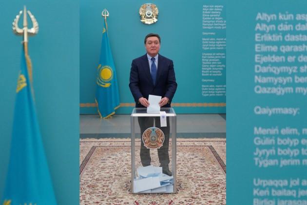 Бакытжан Сагинтаев и Аскар Мамин одними из первых пришли на выборы