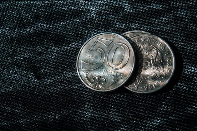 Торги закрылись на отметке 385 тенге за доллар