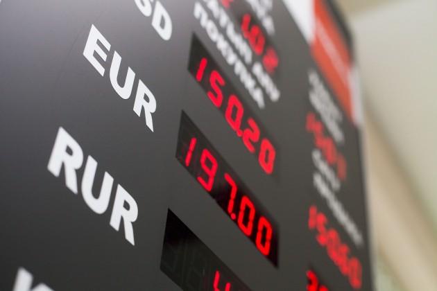 Тенге по отношению к доллару ослаб на 0,6%