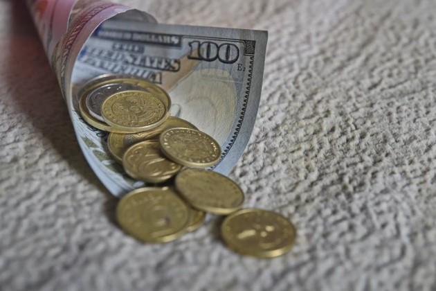 Доллар продается в обменниках по 379тенге