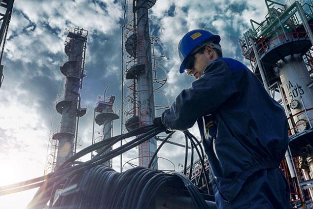 Цены на нефть снижаются благодаря укреплению доллара
